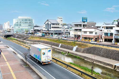 本社のある愛知県瀬戸市内を走るトラック